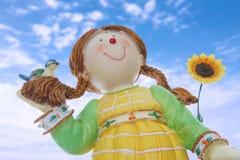 Χαριτωμένη κούκλα με τον ηλίανθο Στοκ Φωτογραφία
