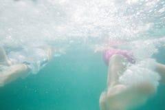 Χαριτωμένη κολύμβηση παιδιών υποβρύχια στη λίμνη Στοκ Εικόνες