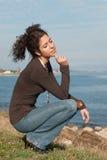 Χαριτωμένη κυρία στα περιστασιακά ενδύματα στην παραλία Στοκ Εικόνες