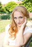 Χαριτωμένη κυρία στο πάρκο Στοκ φωτογραφία με δικαίωμα ελεύθερης χρήσης
