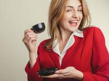 Χαριτωμένη κυρία στο σακάκι που απολαμβάνει τον καφέ Στοκ Φωτογραφίες