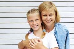 χαριτωμένη κόρη η μητέρα της Οικογενειακός χρόνος Στοκ Φωτογραφίες