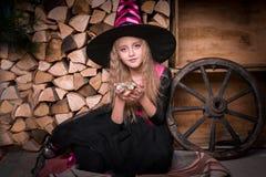 Χαριτωμένη μάγισσα μικρών κοριτσιών στοκ εικόνα με δικαίωμα ελεύθερης χρήσης