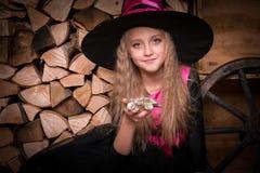 Χαριτωμένη μάγισσα μικρών κοριτσιών στοκ φωτογραφίες
