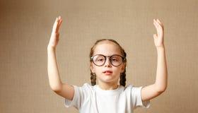 Χαριτωμένη μαθήτρια στα γυαλιά στοκ φωτογραφία