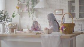 Χαριτωμένη μητέρα και η προ κόρη εφήβων της που υποστηρίζουν στην κουζ απόθεμα βίντεο