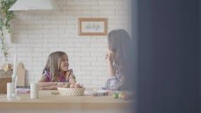 Χαριτωμένη μητέρα και όμορφη κόρη που κουβεντιάζουν καθμένος στον πίν απόθεμα βίντεο