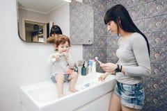 χαριτωμένη μητέρα κορών στοκ εικόνες