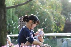 χαριτωμένη μητέρα μωρών στοκ φωτογραφίες
