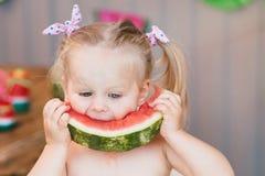 Χαριτωμένη μικρών κοριτσιών μωρών ξανθή κινηματογράφηση σε πρώτο πλάνο καρπουζιών κατανάλωσης juicy Στοκ Εικόνες