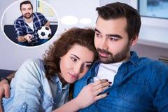 Χαριτωμένη νέα γυναίκα και ο φίλος της που ονειρεύονται για την προσοχή footb Στοκ Εικόνα
