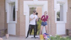 Χαριτωμένη νέα γυναίκα πορτρέτου και όμορφος νεαρός άνδρας που χορεύουν στο μέρος του σπιτιού Καθαρίζοντας σπίτι ζεύγους από κοιν φιλμ μικρού μήκους