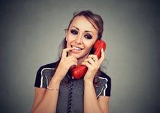Χαριτωμένη νέα γυναίκα που έχει την ενδιαφέρουσα ευχάριστη κλήση Στοκ Φωτογραφίες