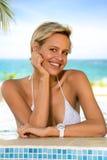 Χαριτωμένη νέα γυναίκα στην πισίνα Στοκ Εικόνες