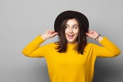 Χαριτωμένη νέα γυναίκα στο κομψό μαύρο καπέλο Στοκ εικόνες με δικαίωμα ελεύθερης χρήσης