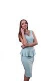 Χαριτωμένη νέα γυναίκα στο μπλε ναυτικό φόρεμα στο άσπρο υπόβαθρο Στοκ εικόνα με δικαίωμα ελεύθερης χρήσης