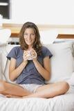 Χαριτωμένη νέα κυρία με ένα φλιτζάνι του καφέ στοκ εικόνα με δικαίωμα ελεύθερης χρήσης
