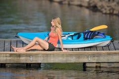 Χαριτωμένη νέα ξανθή γυναίκα - που στη λίμνη Στοκ Εικόνα