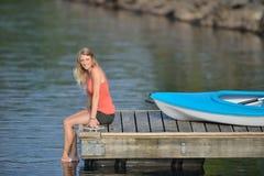 Χαριτωμένη νέα ξανθή γυναίκα - που στη λίμνη Στοκ Εικόνες