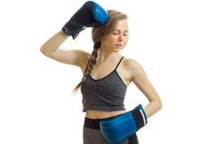 Χαριτωμένη νέα ξανθή γυναίκα στον αθλητισμό unifroom με τα μπλε εγκιβωτίζοντας γάντια Στοκ φωτογραφία με δικαίωμα ελεύθερης χρήσης