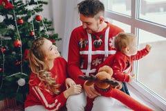 Χαριτωμένη νέα οικογενειακή συνεδρίαση στο σπίτι στοκ εικόνες