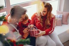Χαριτωμένη νέα οικογενειακή συνεδρίαση στο σπίτι στοκ εικόνα με δικαίωμα ελεύθερης χρήσης