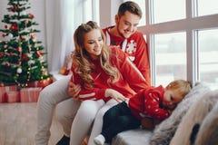 Χαριτωμένη νέα οικογενειακή συνεδρίαση στο σπίτι στοκ φωτογραφία