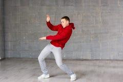 Χαριτωμένη νέα τοποθέτηση χορευτών στο γκρίζο υπόβαθρο Στοκ Εικόνες
