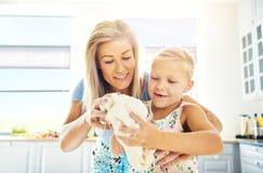 Χαριτωμένη να ζυμώσει μικρών κοριτσιών ζύμη με τη μητέρα της Στοκ φωτογραφίες με δικαίωμα ελεύθερης χρήσης