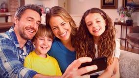 Χαριτωμένη οικογένεια που παίρνει selfie στον καναπέ απόθεμα βίντεο
