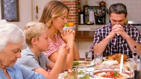 Χαριτωμένη οικογένεια που προσεύχεται πρίν τρώει το γεύμα φιλμ μικρού μήκους