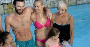 Χαριτωμένη οικογένεια που χαμογελά στη κάμερα απόθεμα βίντεο