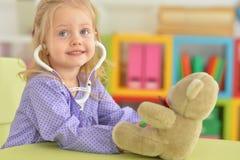 Χαριτωμένη παίζοντας νοσοκόμα μικρών κοριτσιών Στοκ Εικόνες