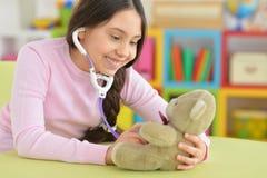 Χαριτωμένη παίζοντας νοσοκόμα μικρών κοριτσιών Στοκ εικόνα με δικαίωμα ελεύθερης χρήσης