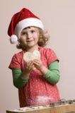 χαριτωμένη παραγωγή κοριτσιών μπισκότων Χριστουγέννων Στοκ εικόνα με δικαίωμα ελεύθερης χρήσης