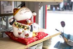 Χαριτωμένη παραδοσιακή γάτα νεύματος μασκότ παιχνιδιών Στοκ φωτογραφία με δικαίωμα ελεύθερης χρήσης