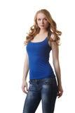 Χαριτωμένη πρότυπη τοποθέτηση στην μπλε μπλούζα και τα τζιν στοκ φωτογραφίες με δικαίωμα ελεύθερης χρήσης