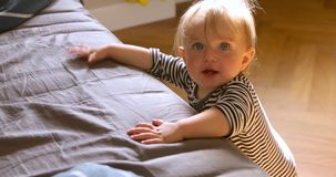 Χαριτωμένη στάση μωρών που κλίνει στο κρεβάτι απόθεμα βίντεο