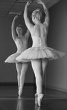 Χαριτωμένη στάση ballerina EN pointe μπροστά από τον καθρέφτη στοκ φωτογραφία με δικαίωμα ελεύθερης χρήσης