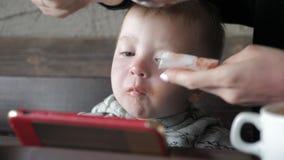 Χαριτωμένη συνεδρίαση μικρών παιδιών στα κινούμενα σχέδια προσοχής καφέδων στο τηλέφωνο με το γονέα φιλμ μικρού μήκους
