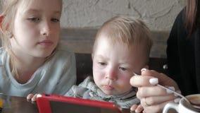 Χαριτωμένη συνεδρίαση μικρών παιδιών στα κινούμενα σχέδια προσοχής καφέδων στο τηλέφωνο με το γονέα απόθεμα βίντεο