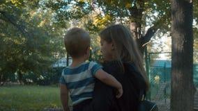 Χαριτωμένη συνεδρίαση μωρών σε ετοιμότητα της μητέρας απόθεμα βίντεο