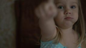 Χαριτωμένη συνεδρίαση μικρών κοριτσιών στον καναπέ Στοκ φωτογραφίες με δικαίωμα ελεύθερης χρήσης