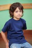 Χαριτωμένη συνεδρίαση μικρών παιδιών στην τάξη Στοκ εικόνες με δικαίωμα ελεύθερης χρήσης