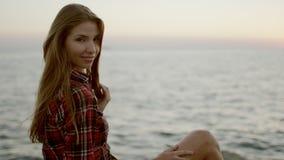 Χαριτωμένη συνεδρίαση χαμόγελου γυναικών στην παραλία φιλμ μικρού μήκους