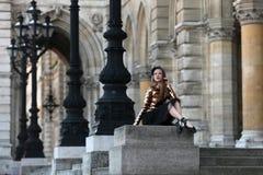 Χαριτωμένη συνεδρίαση ballerina μπροστά από ένα παλάτι Στοκ εικόνες με δικαίωμα ελεύθερης χρήσης