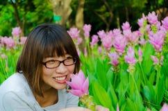 Χαριτωμένη ταϊλανδική μυρωδιά κοριτσιών μια ρόδινη τουλίπα του Σιάμ Στοκ Φωτογραφία