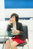 Χαριτωμένη ταϊλανδική (ασιατική) συνεδρίαση επιχειρηματιών και χαμόγελο στο γραφείο Στοκ Εικόνες
