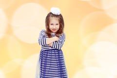 Χαριτωμένη τοποθέτηση μικρών κοριτσιών μπροστά από τη κάμερα Στοκ Εικόνες