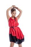 Χαριτωμένη τοποθέτηση νέων κοριτσιών στο κόκκινο φόρεμα σατέν στοκ φωτογραφία με δικαίωμα ελεύθερης χρήσης